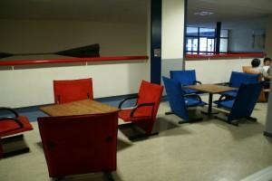 2階職員室前.これらも学園50周年に寄贈いただきました.生徒と先生の交流の場です.