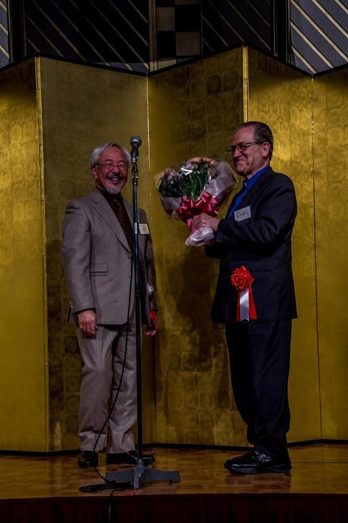 叙階50周年ラバディ神父に花束