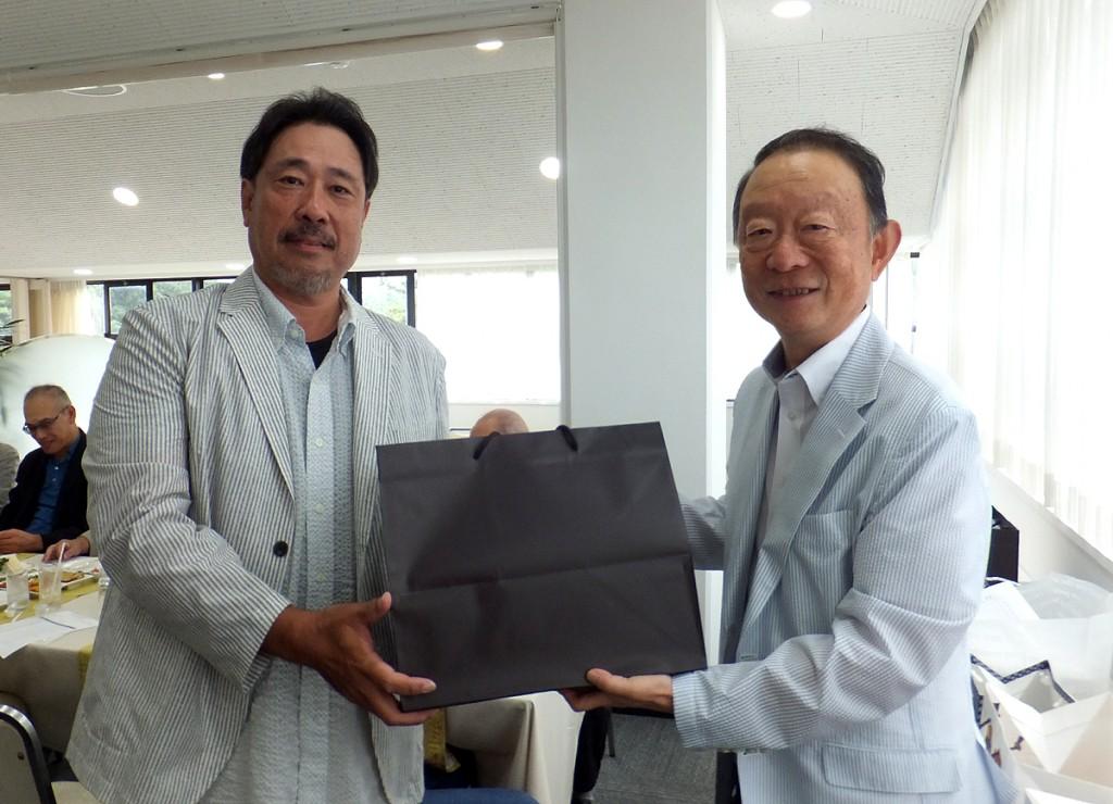 優勝盾を、13期木村副会長から、27期山本さんへ